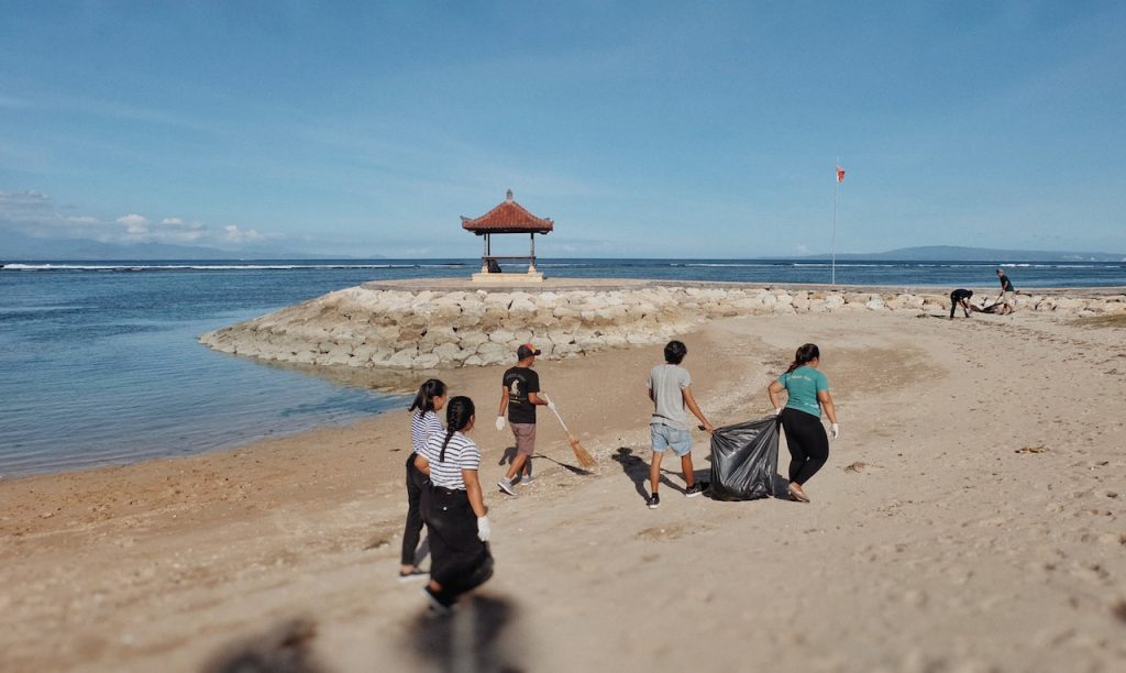 http://highend-traveller.com/beach-clean-up-for-national-environment-day-2020-with-artotel-beach-club/